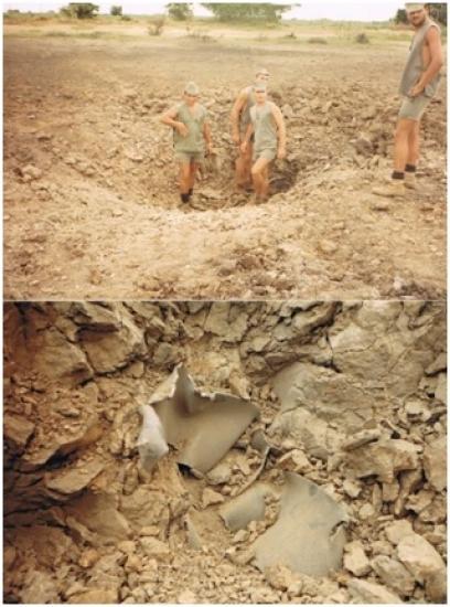 Cratère de l'une des bombes au moment de l'impact au sol et débris métalliques