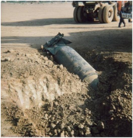 Récupération d'une bombe à fragmentation non armée